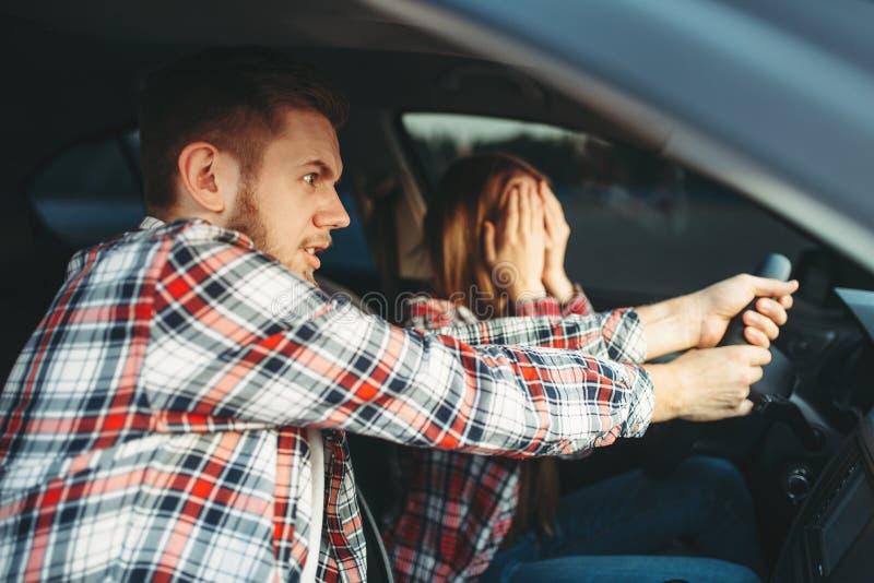 Körningsinstruktören hjälper chauffören att undvika olycka arkivfoton
