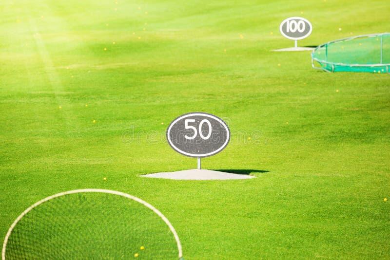 Körningsområde på golfbanan med gårdtecken fotografering för bildbyråer