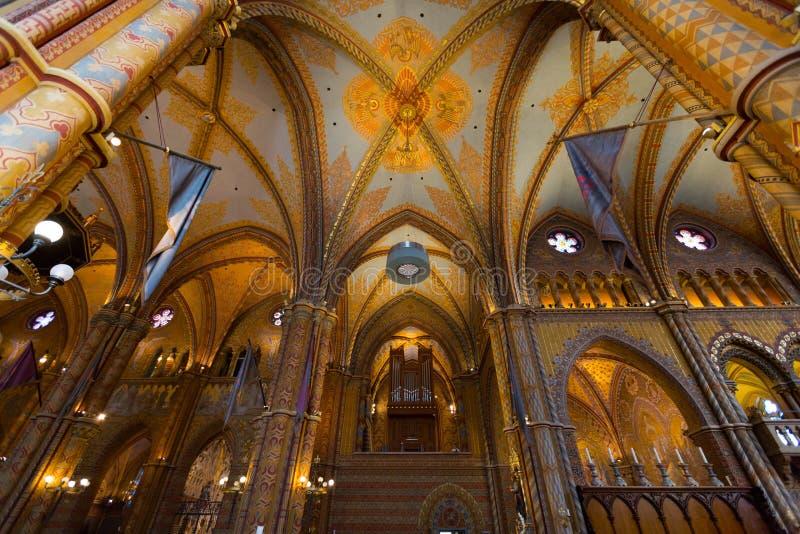 Körorgan och härligt tak av Matthias Church, kyrka av vår dam av Buda, i Budapest, Ungern royaltyfria foton