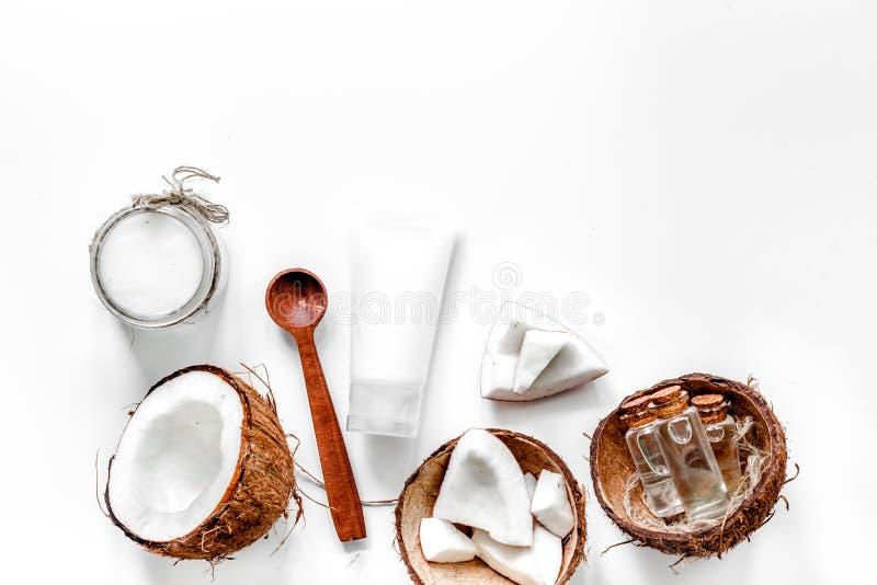 Körper-Behandlung Kokosnussöl und Creme auf weißem copyspace Draufsicht des Hintergrundes lizenzfreies stockbild