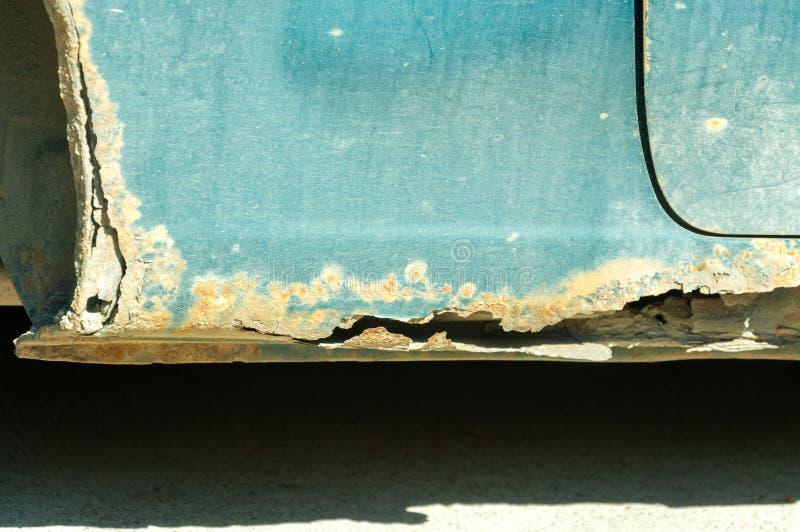 Körper des beschädigten Fahrzeugs mit rostigen Teilen und Loch auf der Unterseite stockbild
