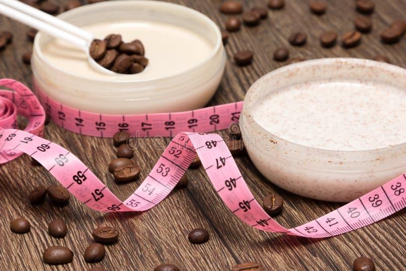 Körper messende Band- und AntiCellulitekosmetikprodukte stockbild