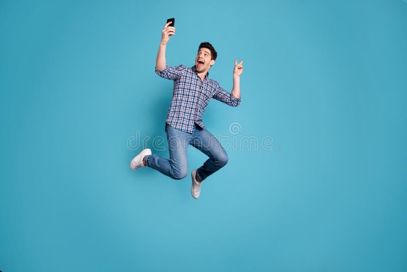 Körpergrößen-Ansichtfoto in voller Länge der überraschten verrückten flippigen Jugend Fotovzeichenfreizeit-Wochenendenfeiertage t lizenzfreie stockbilder