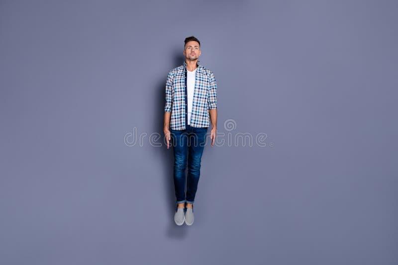 Körpergrößen-Ansichtfoto in voller Länge der fokussierten Energieausbildungssitz lokalisierten grauen Hintergrundjugend der reize stockfotos