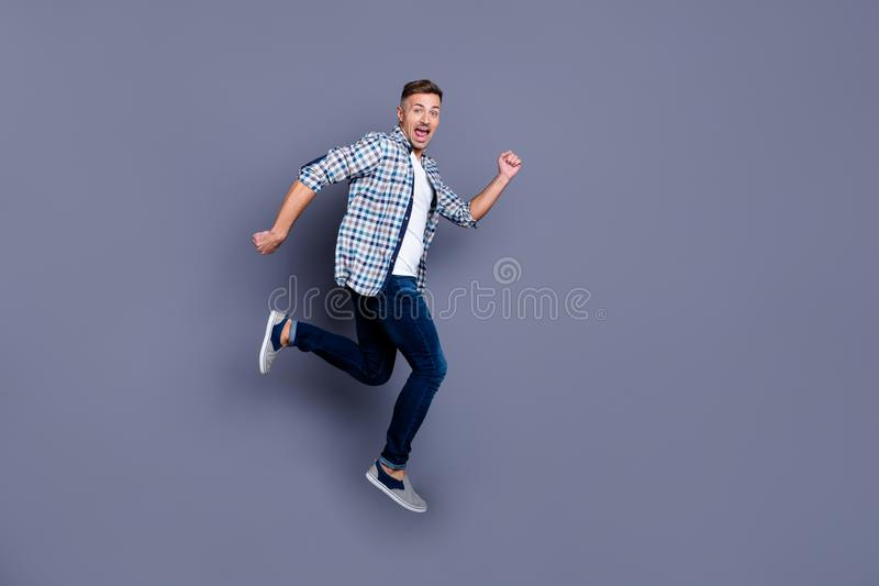 Körpergrößen-Ansichtfoto in voller Länge der reizend lustigen flippigen Jugend lassen Freizeitrest BewegungsTraumträumerisches si stockfoto