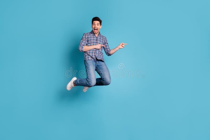 Körpergrößen-Ansichtfoto in voller Länge erstaunte verrückten flippigen Mann beeindruckte unglaublichen unerwarteten Rabattanzeig stockbild