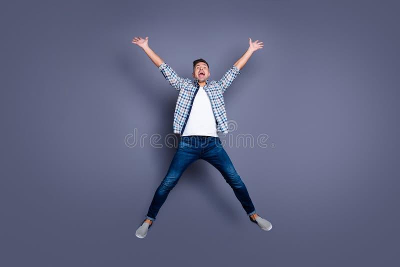 Körpergrößen-Ansichtfoto in voller Länge von zufriedenen offenen Personenleute-Erhöhungsfäusten schreien der lustige flippige gle lizenzfreie stockfotografie