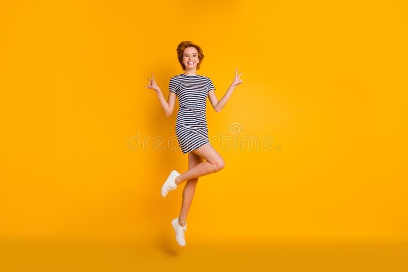 Körpergrößen-Ansichtporträt in voller Länge des netten kühlen reizenden reizend attraktiven netten heitren optimistischen M stockfotos