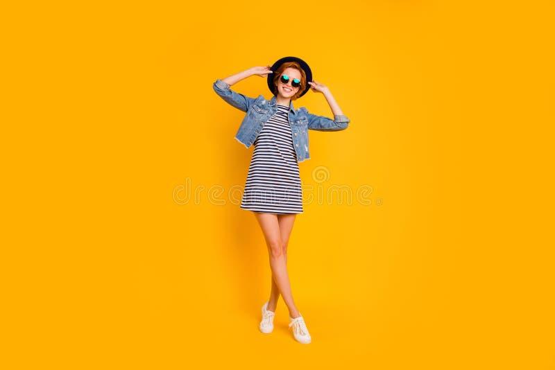 Körpergrößen-Ansichtporträt in voller Länge von ihr sie schön aussehendes recht reizend attraktives nettes heitres optimist lizenzfreies stockbild