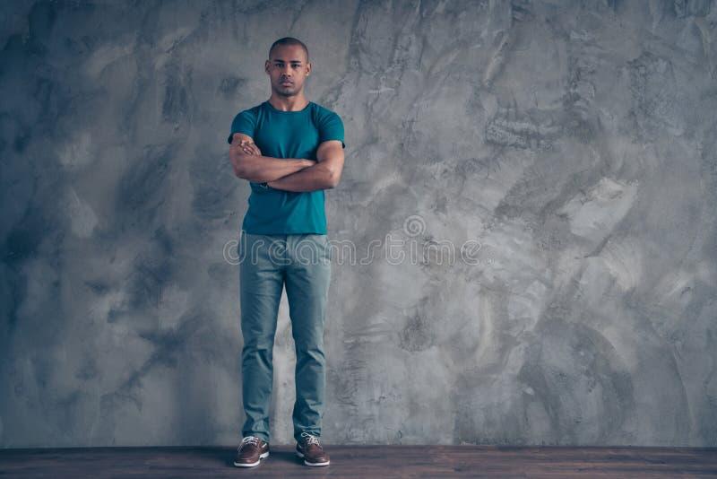 Körpergrößen-Ansichtporträt in voller Länge von seinem er netter attraktiver sportiver schöner Kerl, der modisches blaues T-Shirt lizenzfreie stockbilder