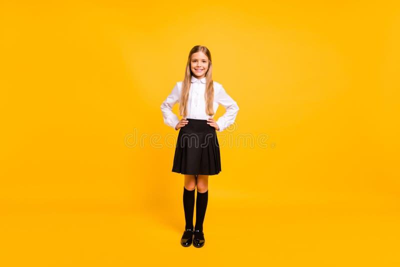 Körpergrößenansicht in voller Länge von ihr sie schön aussehende attraktive nette heitre gerad-haarige jugendliche Mädchenhände a stockfoto