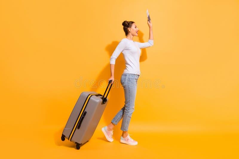 Körpergrößenfoto der Profilseite in voller Länge Damendes warteflugzeug-Taxihotels im Flughafen, der Dokumentengepäck hält lizenzfreies stockfoto