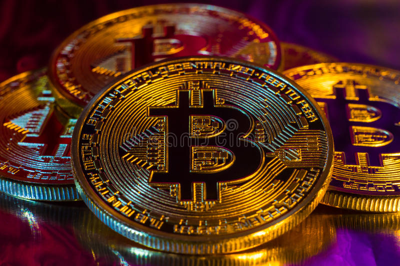 Körperliche goldene bitcoin Cryptocurrency Münze auf buntem backgrou stockfotos