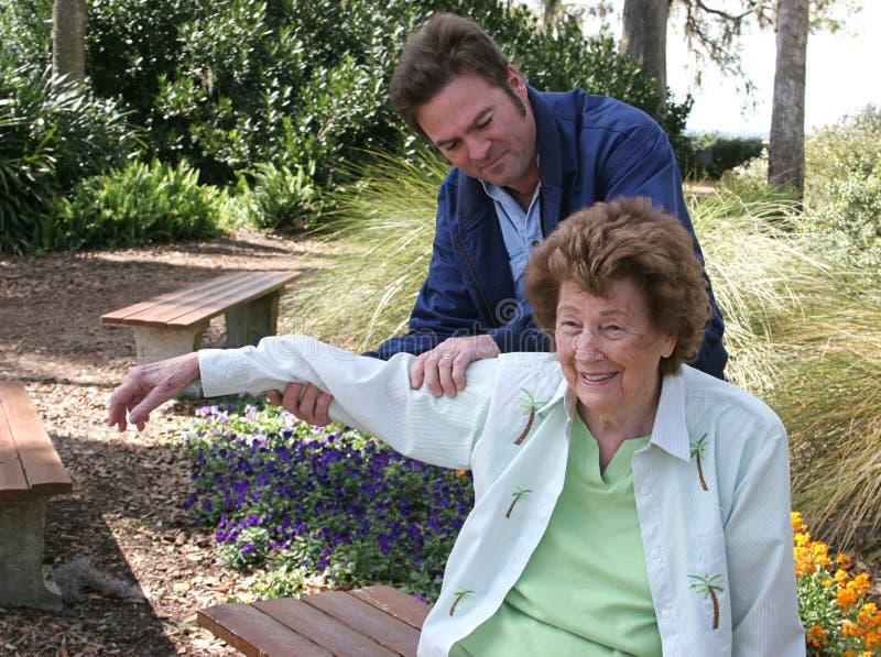 Körperliche Therapie im Garten stockbild