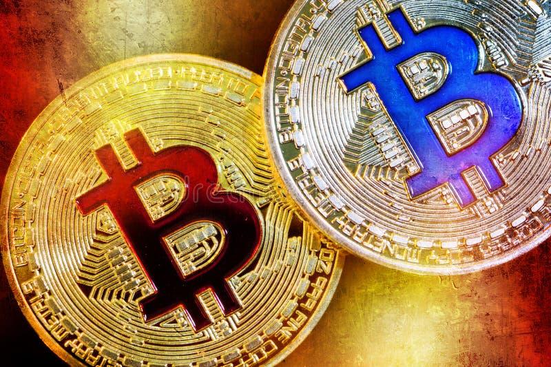 Körperliche Version neuen virtuellen Geldes Bitcoin mit buntem Effekt lizenzfreie stockbilder