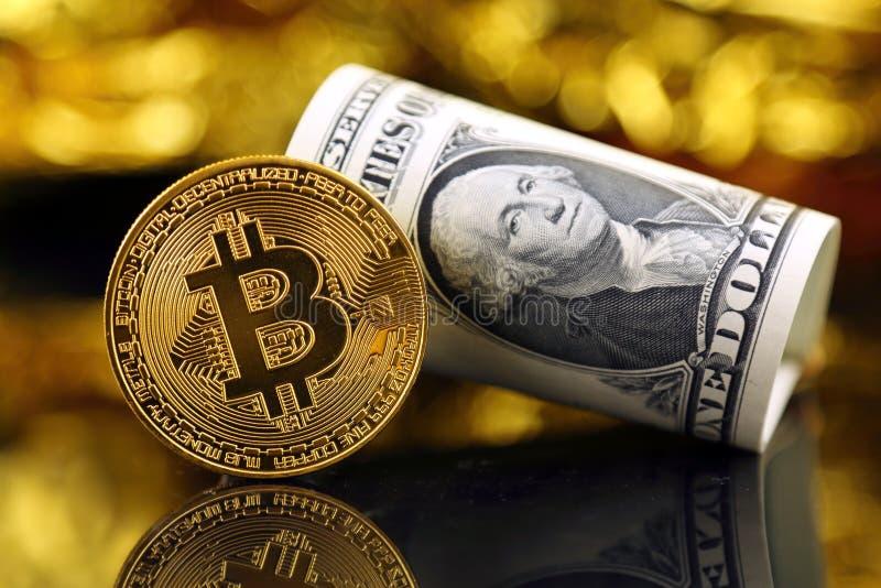 Körperliche Version neuen virtuellen Geldes Bitcoin und der Banknoten von einem Dollar lizenzfreie stockfotos