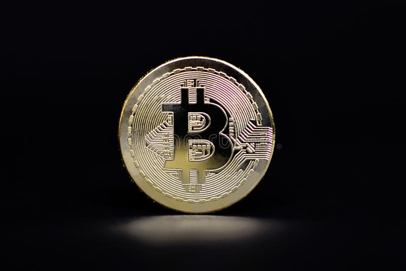 Körperlicher goldener Bitcoin-Münzenvertreter für virtuelle Währung stockfotografie