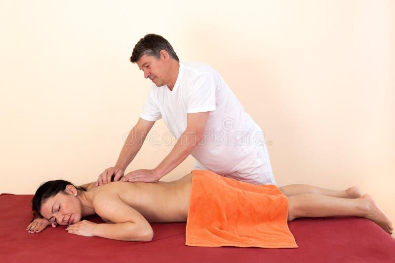Körperlicher Therapeut, der eine rückseitige Massage gibt stockfotos