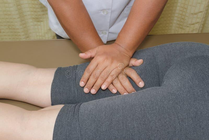 Körperlicher Therapeut, der Massage tut stockfoto
