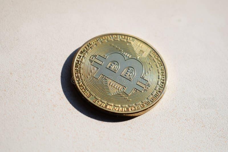 Körperliches Bitcoin BTC auf einem hellen Hintergrund lizenzfreies stockfoto