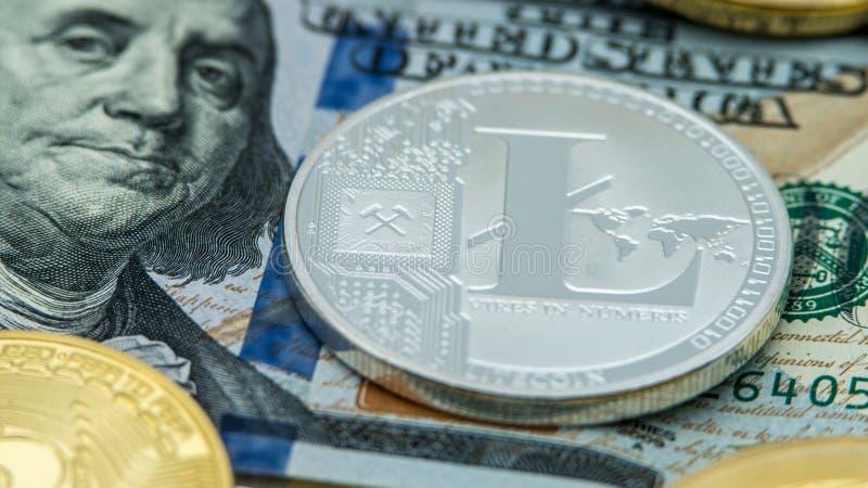 Körperliches Metallsilberne Litecoin-Währung über Dollarschein von Vereinigten Staaten lizenzfreies stockfoto