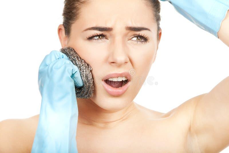 Körperpflege. Falsche Weise zum scrab Ihr Gesicht stockfotografie