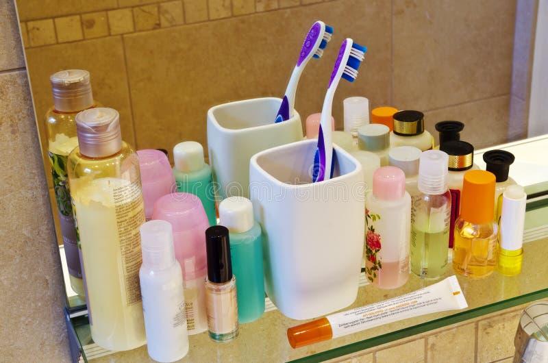 Körperpflegeprodukte an einem Badezimmer lizenzfreie stockbilder