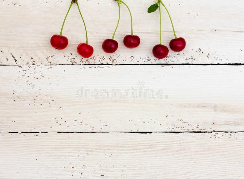 Körsbär överst av de vita brädena fotografering för bildbyråer