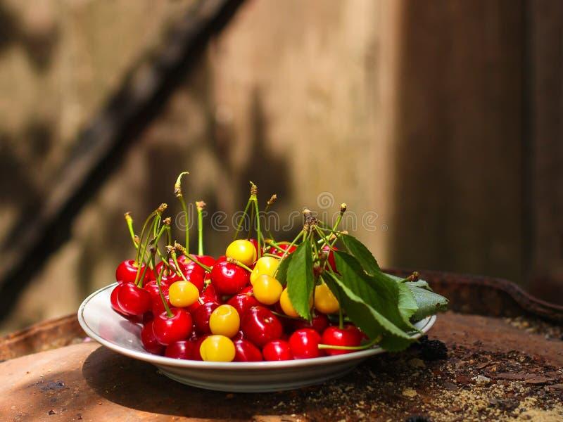 Körsbär, fruktbär, mogna och saftiga frukter för skörd Bästa kopieringsutrymme många bakgrundsklimpmat meat mycket arkivfoton
