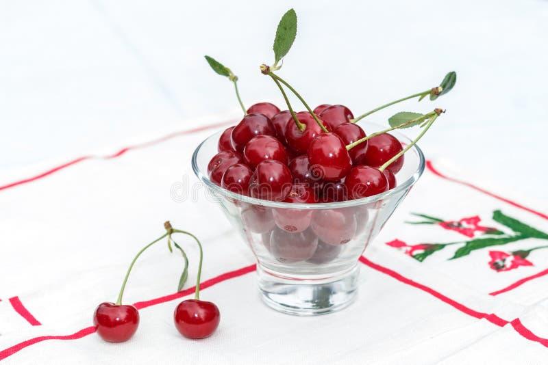 Körsbär i exponeringsglaset arkivbild