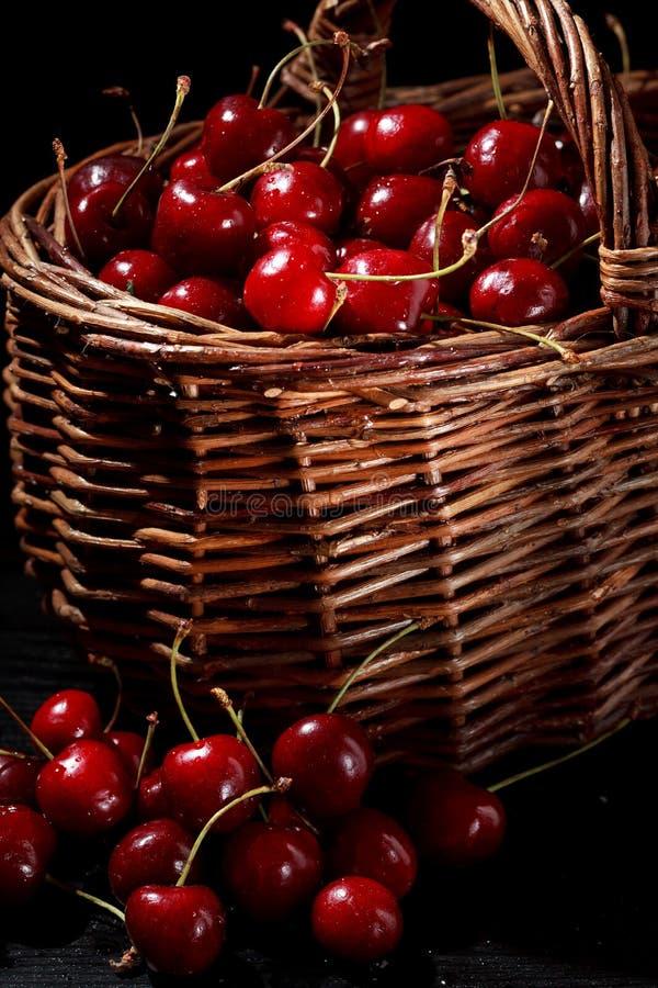 Körsbär i korgen arkivbild