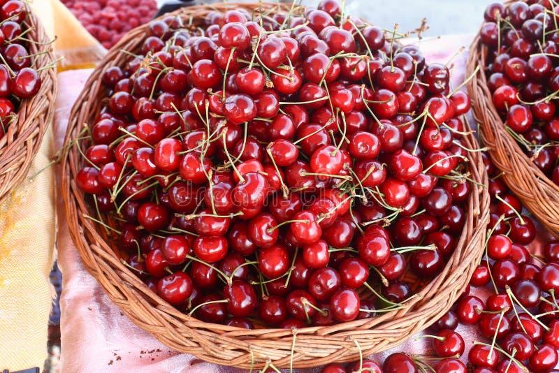 Körsbär många körsbär som är röda fotografering för bildbyråer