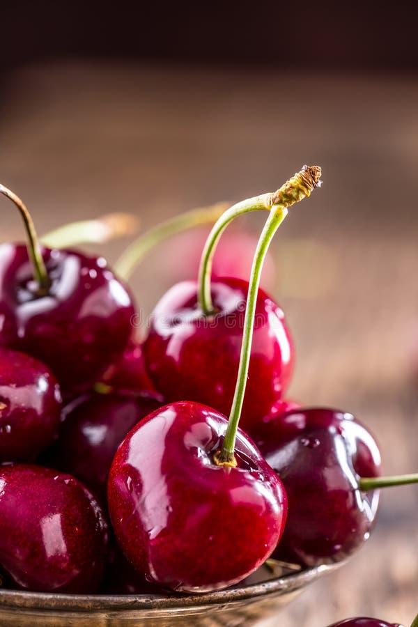 Körsbär ny sötsak för Cherry Läckra körsbär med vatten tappar i retro bunke på den gamla ektabellen royaltyfri bild