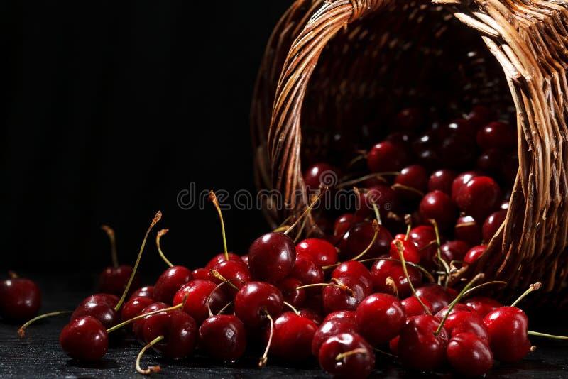 Körsbär och korg arkivfoto