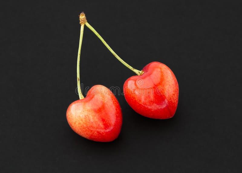 Körsbär redigerade för att göra dem formad hjärta royaltyfri fotografi
