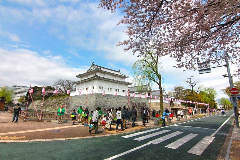KÖRSBÄRSRÖD BLOMNING PÅ SUMPU-SLOTTEN I den SHIZUOKA STADEN, Japan arkivbilder