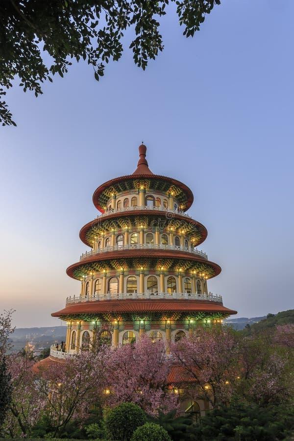 Körsbärsröd blomning på Tien-Yuan Temple royaltyfria foton