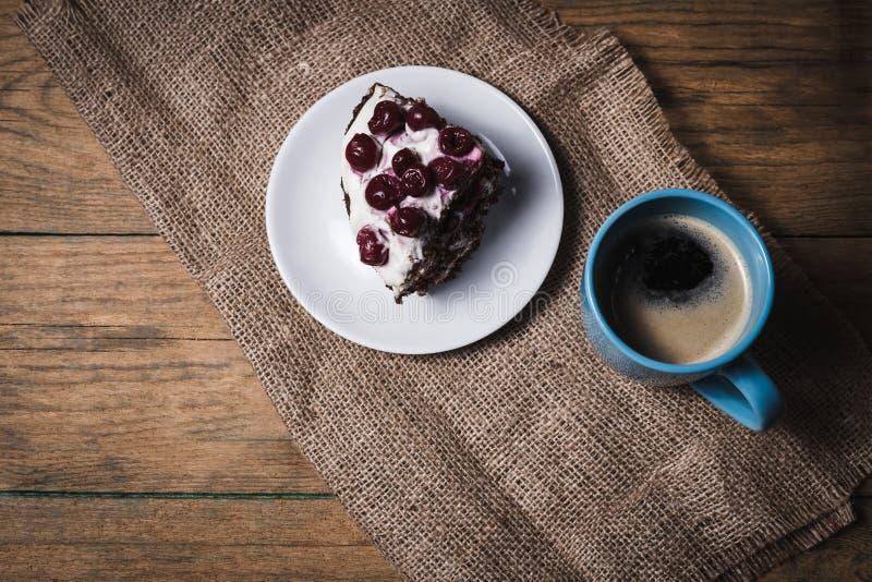 Körsbärsröd kaka med kaffe royaltyfri bild