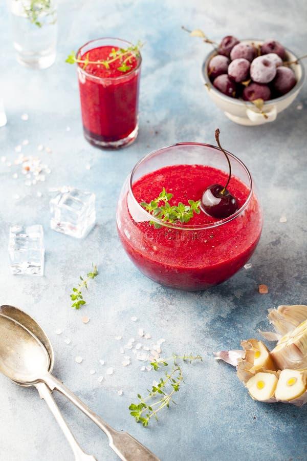 Körsbärsröd kall soppa, gaspacho, gazpacho, smoothie i ett exponeringsglas royaltyfri foto