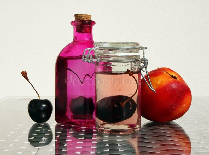 Körsbärsröd kompott och nektarin royaltyfria bilder