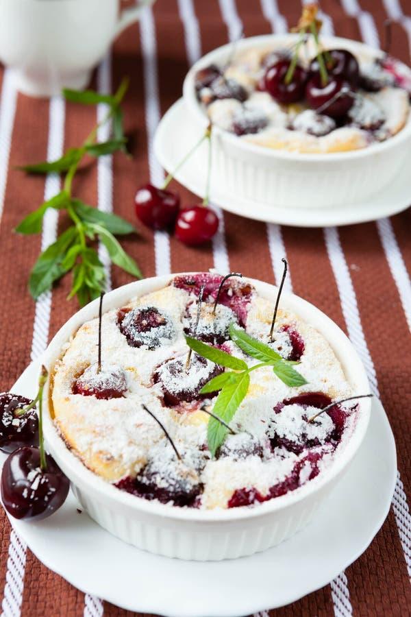 Körsbärsröd pudding i en stekhet maträtt royaltyfri foto