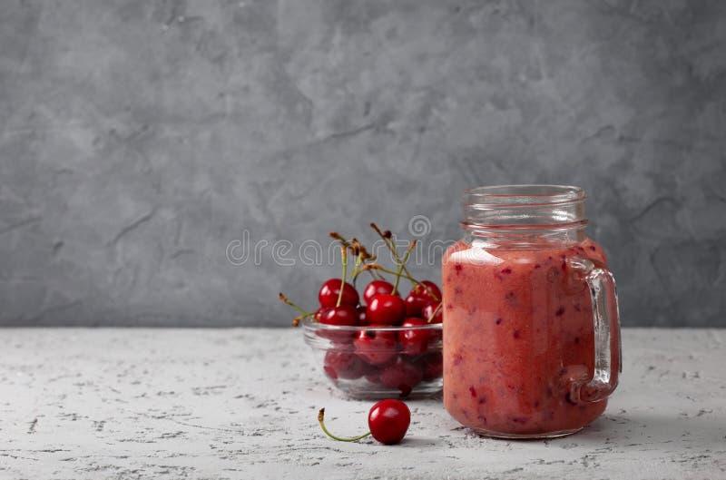 Körsbärsröd smoothie arkivbild