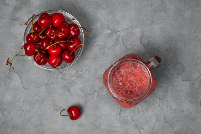 Körsbärsröd smoothie royaltyfria foton