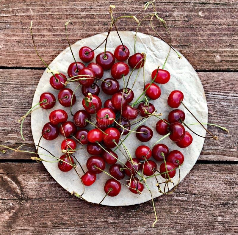 Körsbärsröda bär i lantlig stil fotografering för bildbyråer