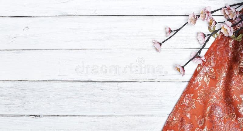 Körsbärsröda blomningar för röd siden- vår på vit royaltyfri fotografi