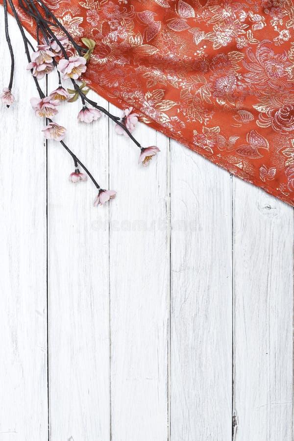 Körsbärsröda blomningar för röd siden- vår på vit arkivfoto