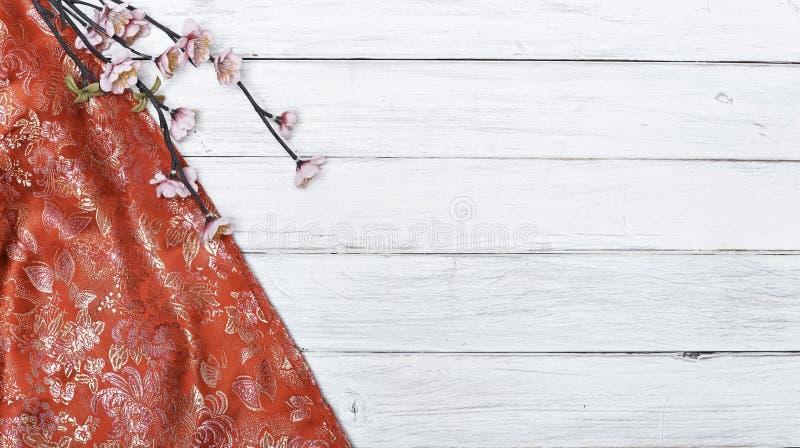 Körsbärsröda blomningar för röd siden- vår på vit royaltyfria foton