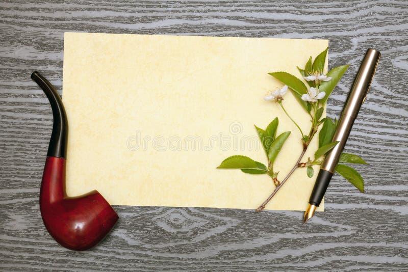 Körsbärsröda blomningar och papper royaltyfria bilder