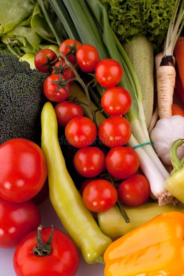 Körsbärsröda tomater med andra grönsaker royaltyfri bild