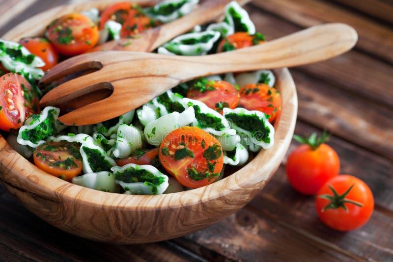 Körsbärsröda tomater med gluten-fri pasta royaltyfri fotografi